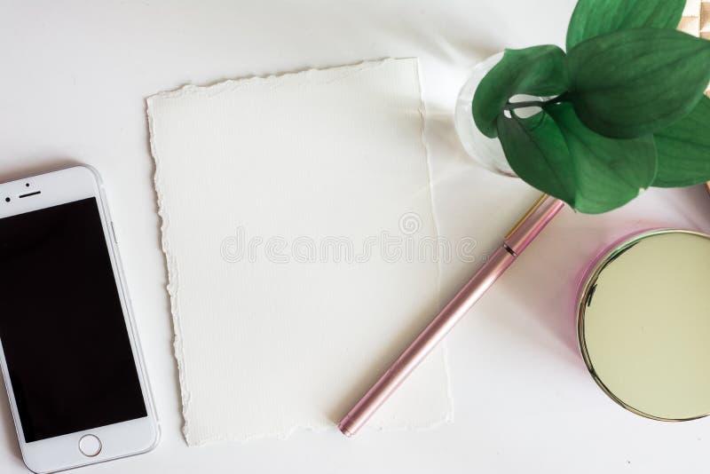 Desktop da vista superior com espaço branco da cópia em papel fotos de stock royalty free
