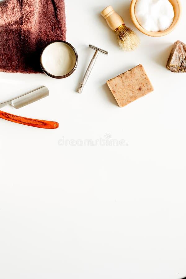 Desktop del lavoro di parrucchiere degli uomini con gli strumenti per la rasatura della vista superiore immagini stock libere da diritti