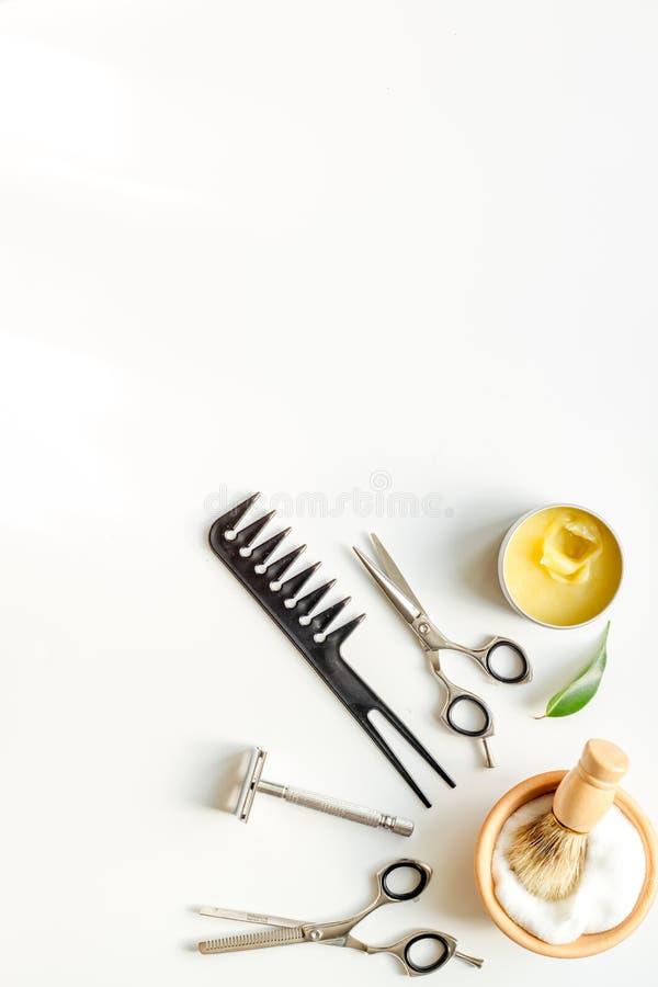 Desktop del lavoro di parrucchiere degli uomini con gli strumenti per la rasatura della vista superiore fotografia stock libera da diritti