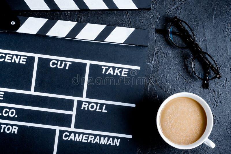 Desktop dello sceneggiatore con il fondo scuro del bordo di valvola di film a immagini stock libere da diritti