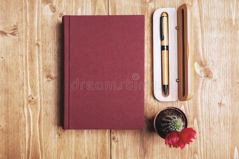 Desktop di legno con il libro immagine stock libera da diritti