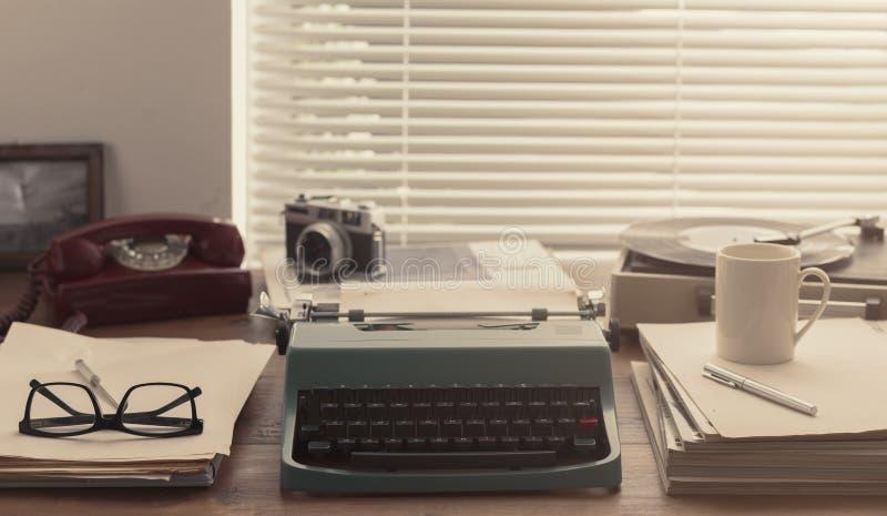 Desktop do vintage do escritor e do journalista com máquina de escrever foto de stock royalty free