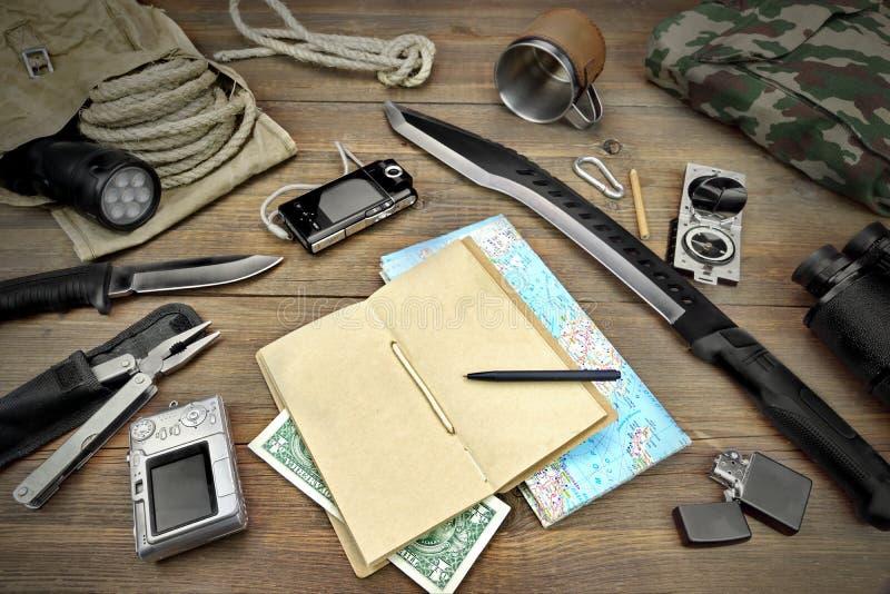 Desktop met Grote Groep Voorwerpen voor Reis, Expeditie, Exp stock fotografie