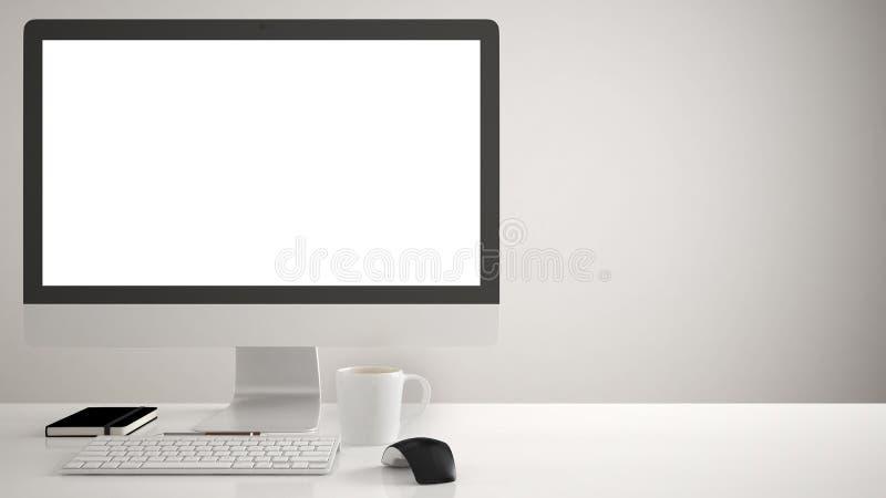 Desktop mockup, szablon, komputer na pracy biurku z pustym ekranem, klawiaturowa mysz i notepad z, piórami i ołówkami, biały back fotografia royalty free