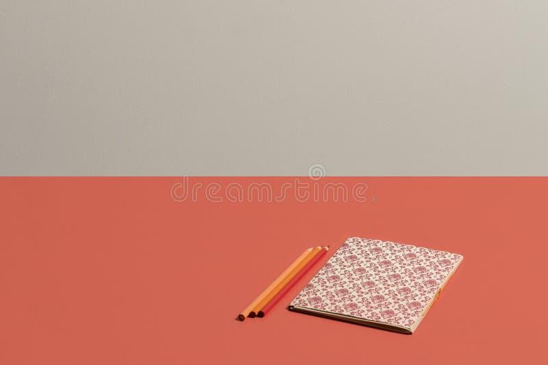 Desktop no caderno coral v?vido com teste padr?o do renascimento no fundo coral vivo fotografia de stock