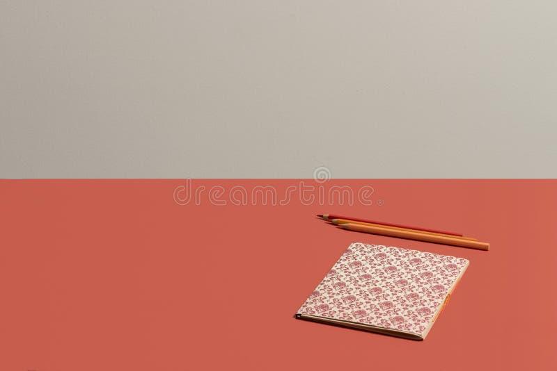 Desktop no caderno coral v?vido com teste padr?o do renascimento no fundo coral vivo imagem de stock royalty free