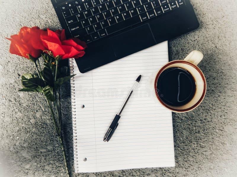 Desktop widok laptop, filiżanka kawy, notatnik I pióro Z rewolucjonistki różą Na stronie, ministerstwo spraw wewnętrznych zdjęcie royalty free