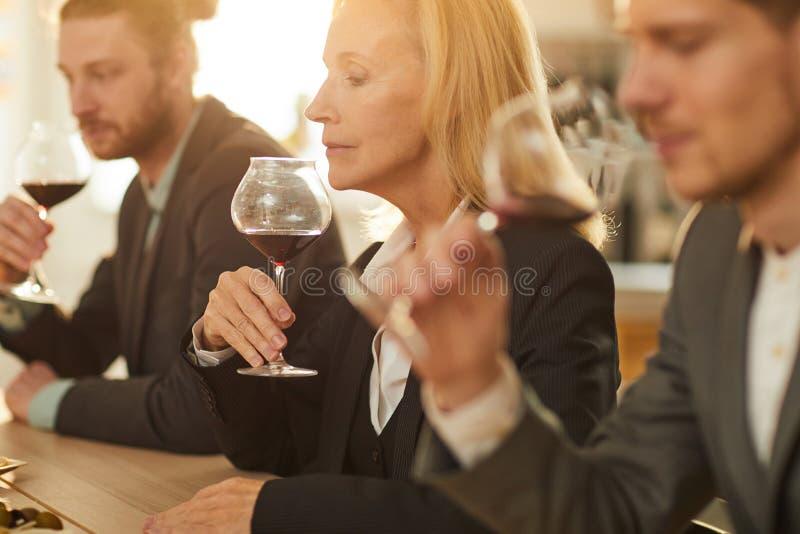 Deskundige die Wijn analyseren royalty-vrije stock fotografie