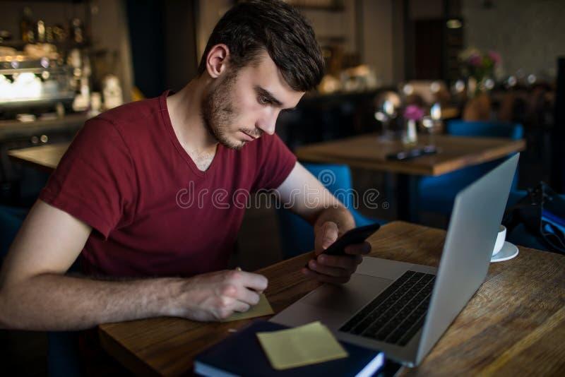 Deskundige freelancer schrijvende notaris van de Hipsterkerel tijdens onlinetrainingcursus stock foto's
