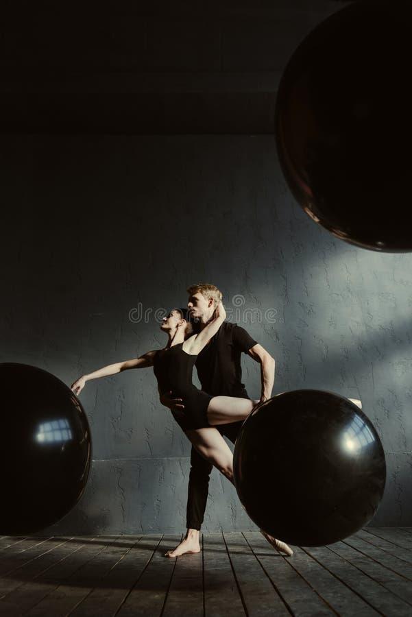 Deskundige jonge balletdansers die samen in de studio presteren royalty-vrije stock afbeeldingen
