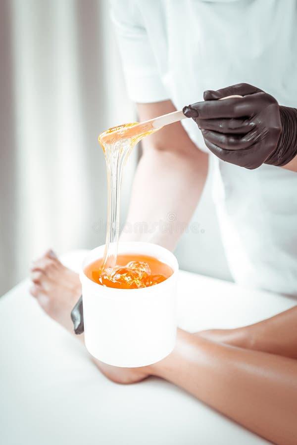 Deskundige professionele meester in wit eenvormig het controleren suikerdeeg royalty-vrije stock afbeelding