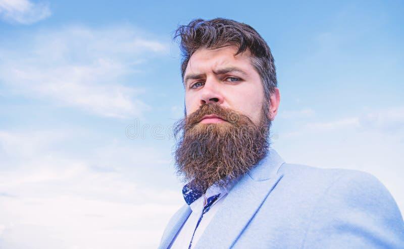Deskundige uiteinden voor het kweken van en het handhaven van snor Hipster ernstige knappe aantrekkelijke kerel met lange baard u royalty-vrije stock afbeelding