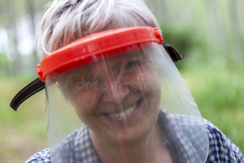 Deskundige vrouwelijke houthakker met een beschermend vizier royalty-vrije stock afbeeldingen