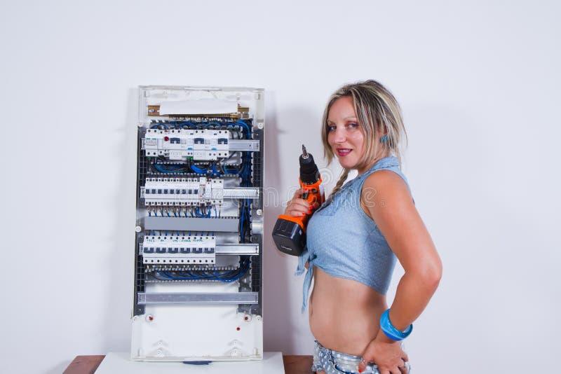 Deskundige vrouwenelektricien stock foto's