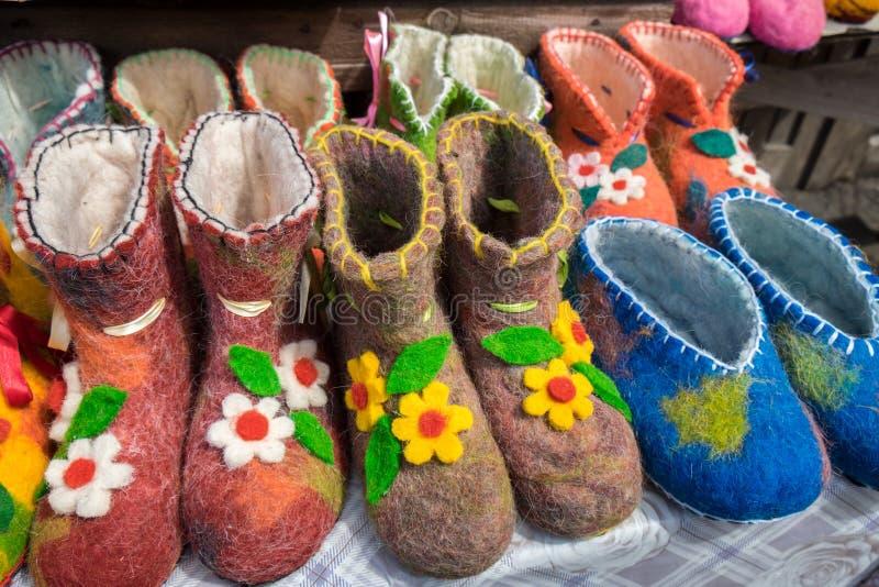 Deslizadores o zapatos coloridos hechos a mano de las lanas en venta imagenes de archivo