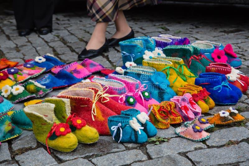 Deslizadores o zapatos coloridos hechos a mano de las lanas para la venta en la calle fotos de archivo libres de regalías
