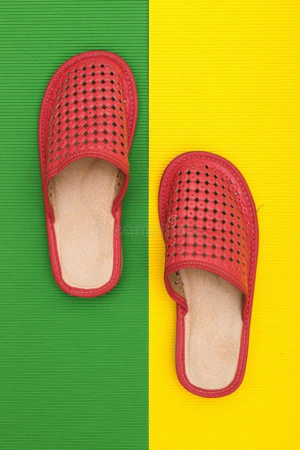 Deslizadores rojos del ` s de las mujeres en coloreados imagen de archivo libre de regalías