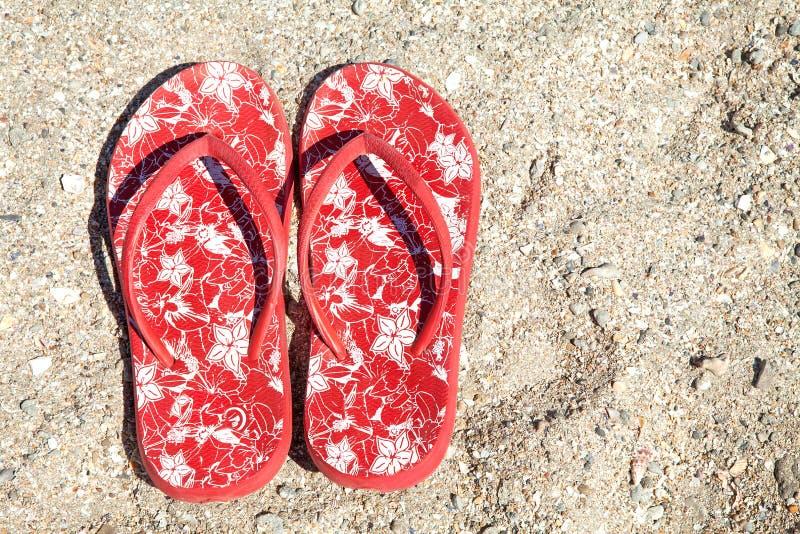 Deslizadores rojos del verano en la playa fotos de archivo