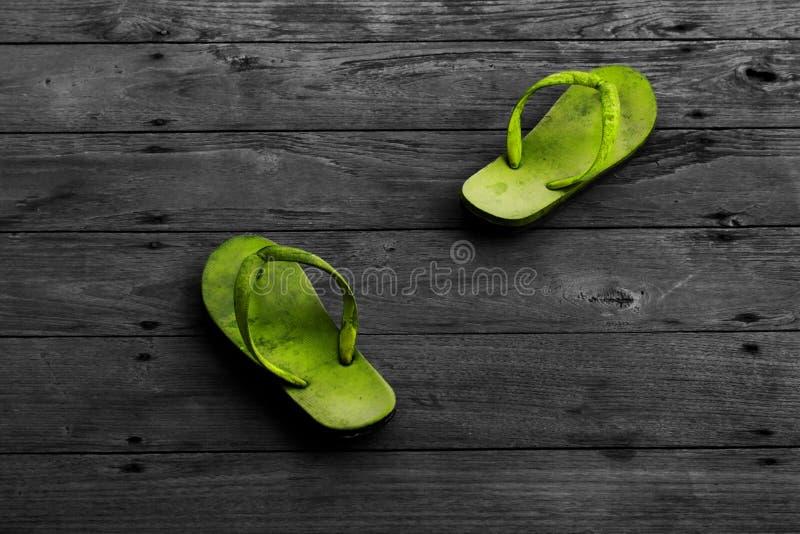 Deslizadores sujos do colorfull verde fotografia de stock