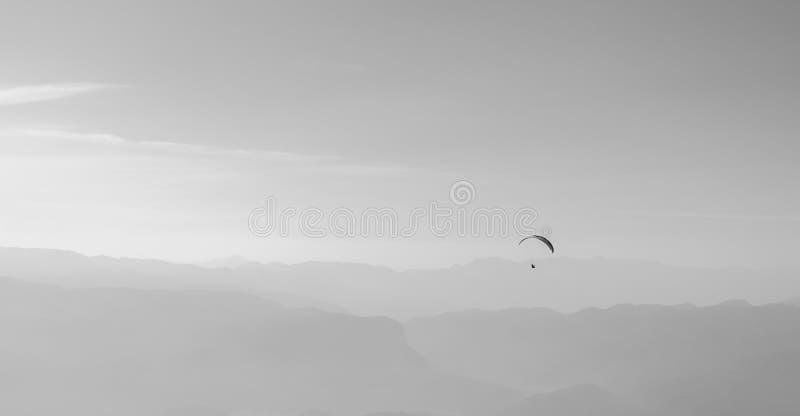 Deslizamiento en el aire con un paracaídas fotos de archivo libres de regalías