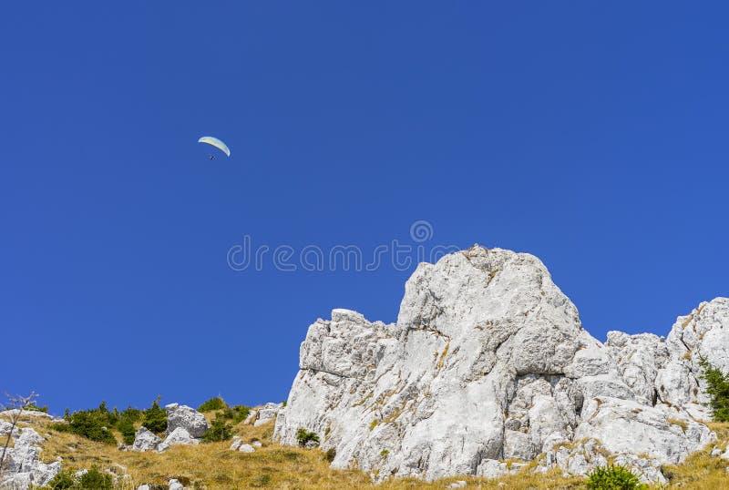 Deslizamiento en el aire con un paracaídas fotos de archivo