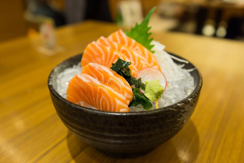 Deslize o sashimi salmon no gelo na bacia preta imagens de stock royalty free