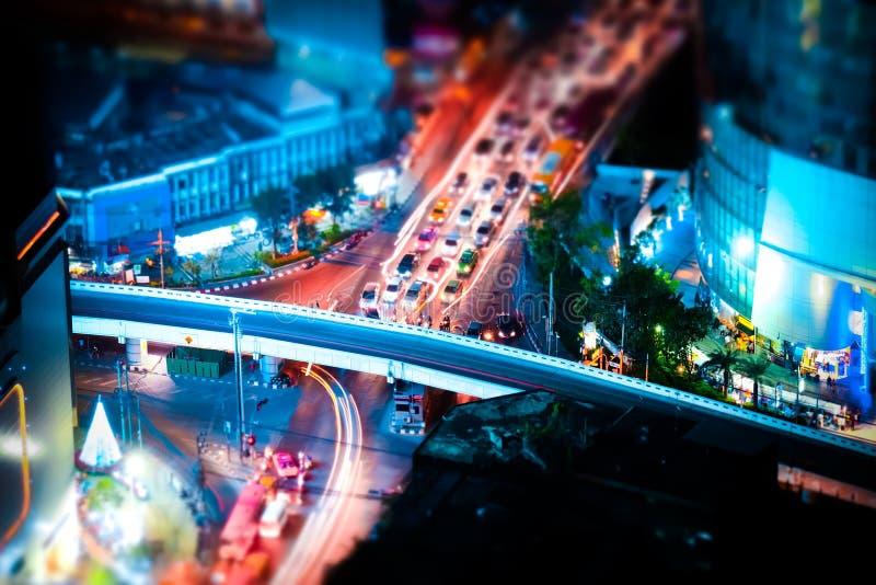 Deslocamento da inclinação Arquitetura da cidade futurista da noite Banguecoque, Tailândia fotos de stock