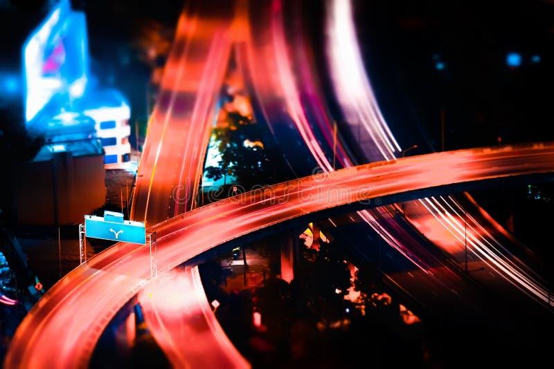 Deslocamento da inclinação Arquitetura da cidade futurista da noite Banguecoque, Tailândia imagens de stock