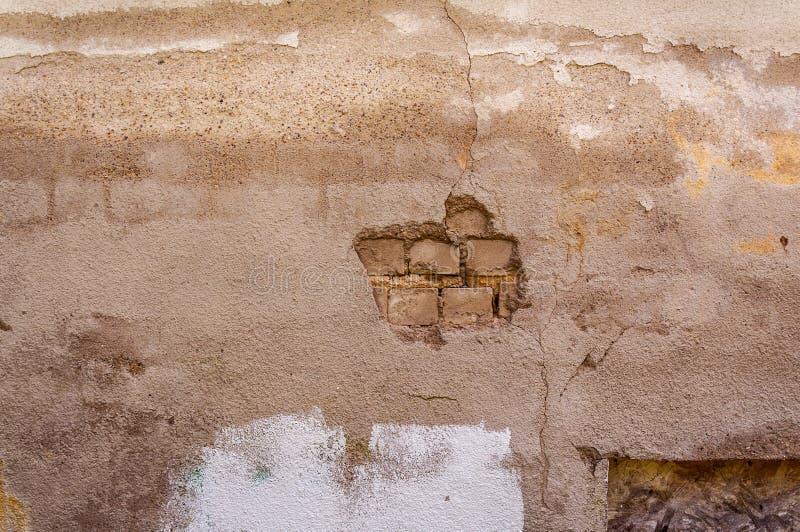 Desmenuzado del contexto blanco del fondo del papel pintado de la pared de ladrillo del estuco imagen de archivo