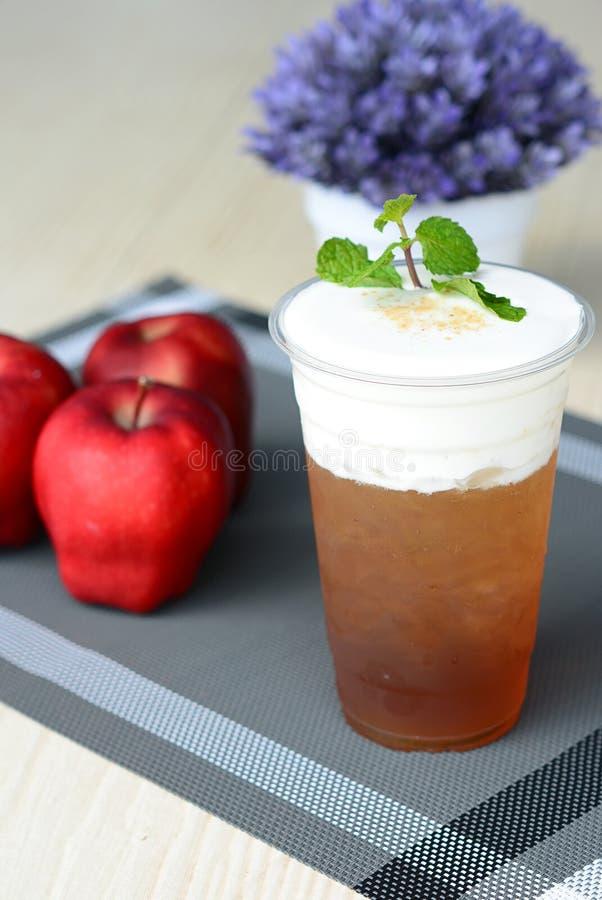 Desmoche helado del té de la manzana con el queso cremoso imagenes de archivo