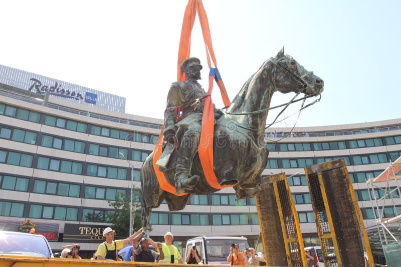 Desmontagem para a limpeza básica a estátua do czar Osvoboditel, monumento do rei Liberator - rei Alexander II do russo fotos de stock royalty free