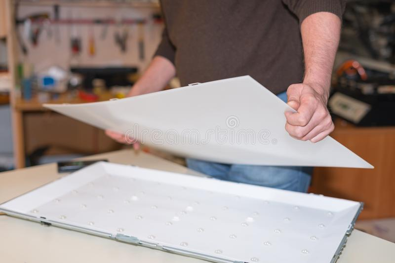 Desmontando a tela para o reparo do luminoso do diodo emissor de luz na tevê do LCD imagens de stock