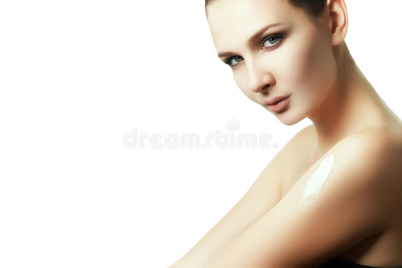 Desnatando o corpo após o banho A mulher friccionou na loção da pele imagem de stock