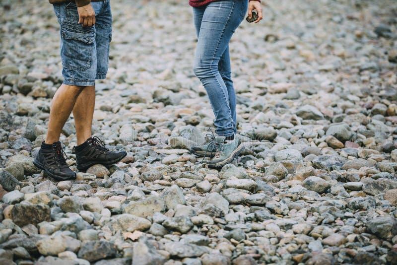 Desnatar piedras en la playa foto de archivo
