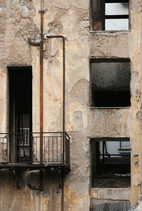 Desolate Gebäude mit unterbrochenen Fenstern lizenzfreie stockfotos