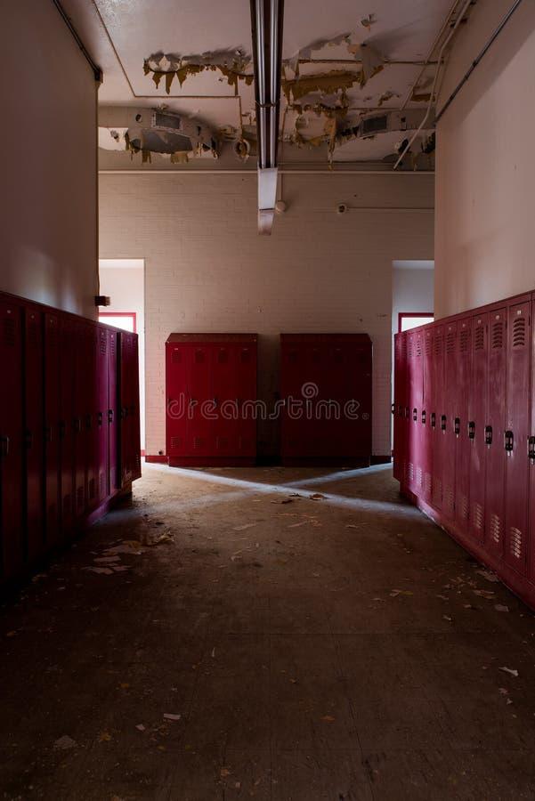 Desolate Hallway + Red Lockers - Abandoned Gladstone School - Pittsburgh, Pennsylvania stockfotos
