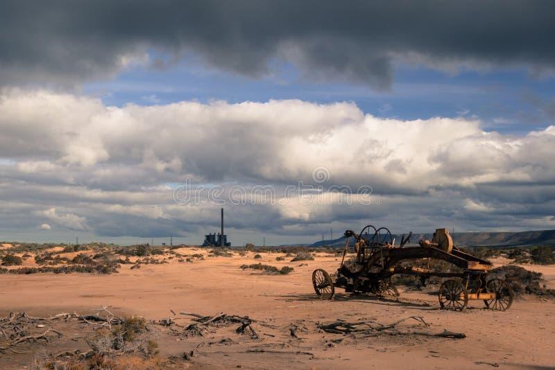 Desolated pustynia z fabryką i ośniedziałą maszyną zdjęcia stock