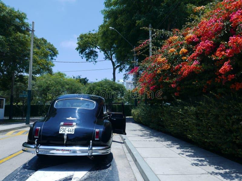 DeSoto 1949 limousine in San Isidro, Lima wordt geparkeerd dat stock afbeeldingen