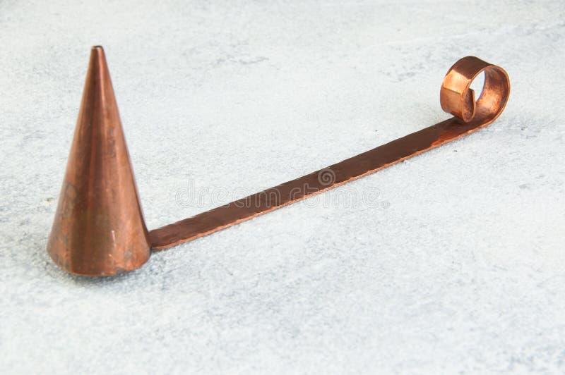 Despabiladera de cobre antigua de la vela en fondo concreto imágenes de archivo libres de regalías