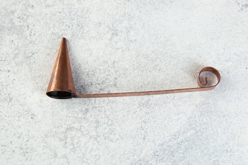 Despabiladera de cobre antigua de la vela en fondo concreto fotos de archivo libres de regalías