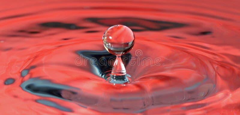 Despedir descensos del agua en contexto rojo foto de archivo