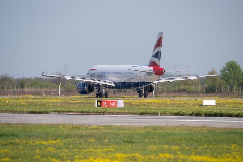 Despegue comercial del aeroplano de British Airways del aeropuerto de Otopeni en Bucarest Rumania foto de archivo libre de regalías
