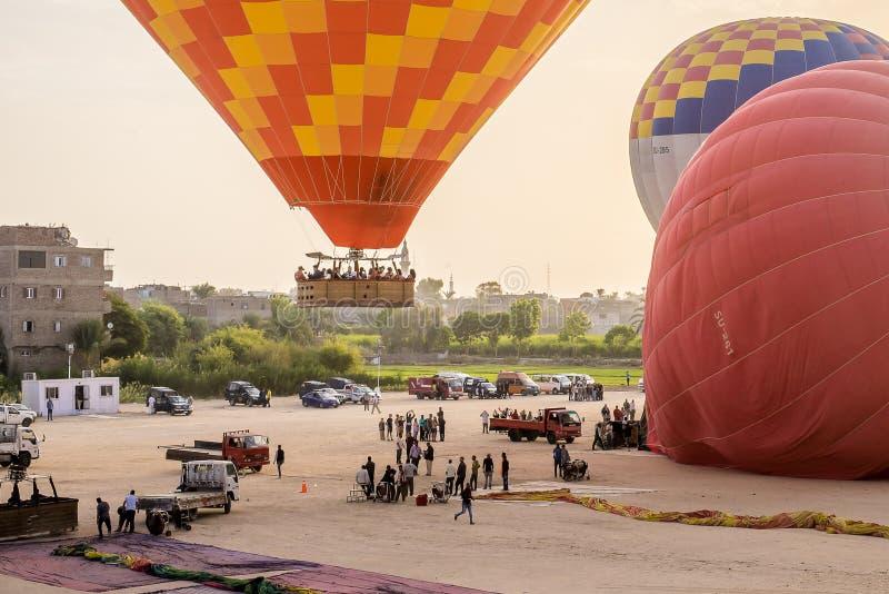 Despegue con un globo del aire caliente en Egipto fotografía de archivo
