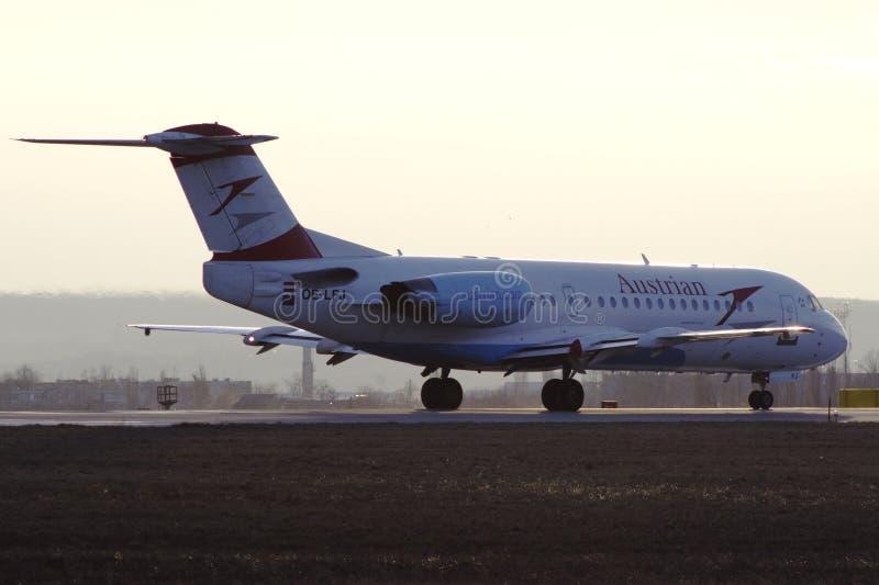 Despegue de Fokker 70 de Austrian Airlines de Járkov imagenes de archivo