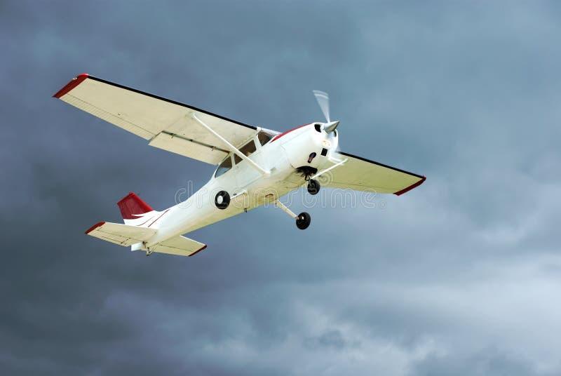 Despegue de los aviones en tempestad de truenos. fotografía de archivo