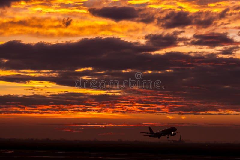 Despegue del aire A320 de Wizz foto de archivo