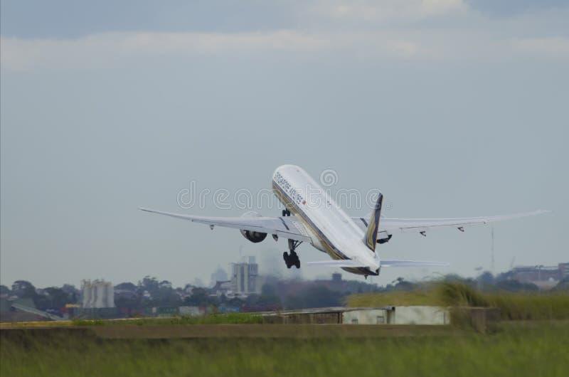 Despegue del avión de Singapore Airlines imagen de archivo