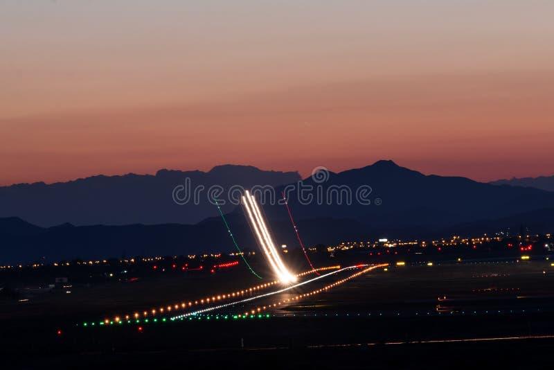 Despegue en la puesta del sol foto de archivo libre de regalías
