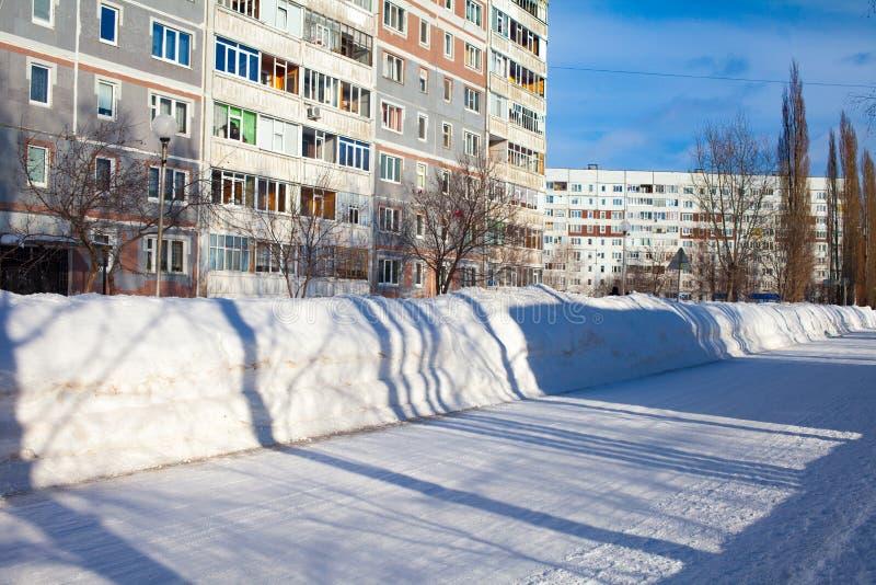 Despejado del camino de la nieve en Rusia Derivas enormes en los bordes de la carretera Nieves acumulada por la ventisca en creci foto de archivo
