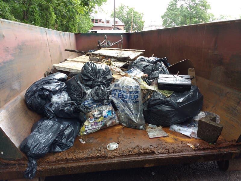 Despejo ilegal, lixo em um contentor recolhido durante uma limpeza do rio imagens de stock royalty free